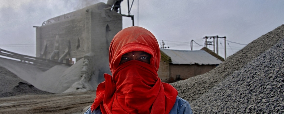 Woman worker at a cement factory in India © ILO Joydeep Mukherjee